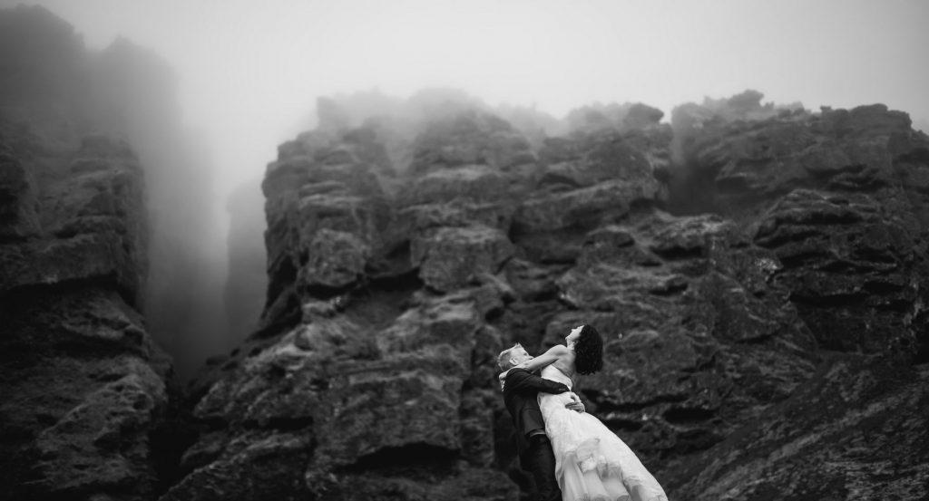 Photo de mariés en noir et blanc devant un magnifique paysage rocheux par Sébastien Roignant